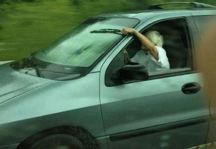 неисправность стеклоочистителя автомобиля width=